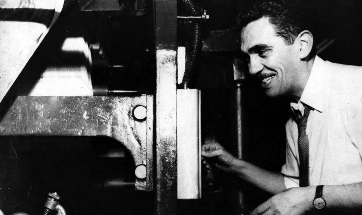 <strong> Samuel Wainer aperta o bot&atilde;o</strong> da rotativa e d&aacute; in&iacute;cio &agrave; impress&atilde;o do primeiro n&uacute;mero do jornal &quot;Ultima Hora&quot;, 1951