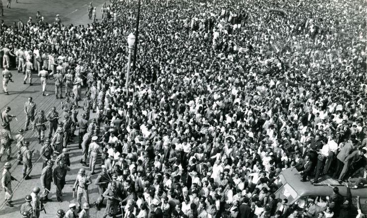 <strong> Populares são contidos </strong> em frente ao aeroporto Santos Dumont durante o embarque do corpo de Getúlio para o RS