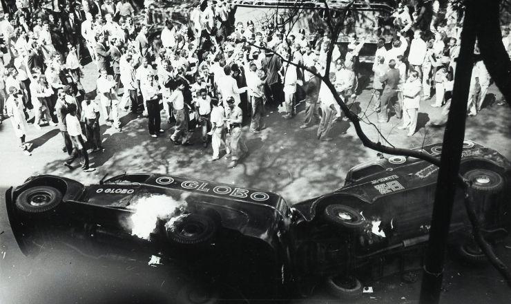 <strong> Peruas de distribuição</strong> do jornal 'O Globo' são incendiadas na manhã de 24 de agosto de 1954