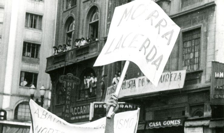 <strong> Populares nas ruas</strong> do Rio de Janeiro no dia do suic&iacute;dio de Get&uacute;lio