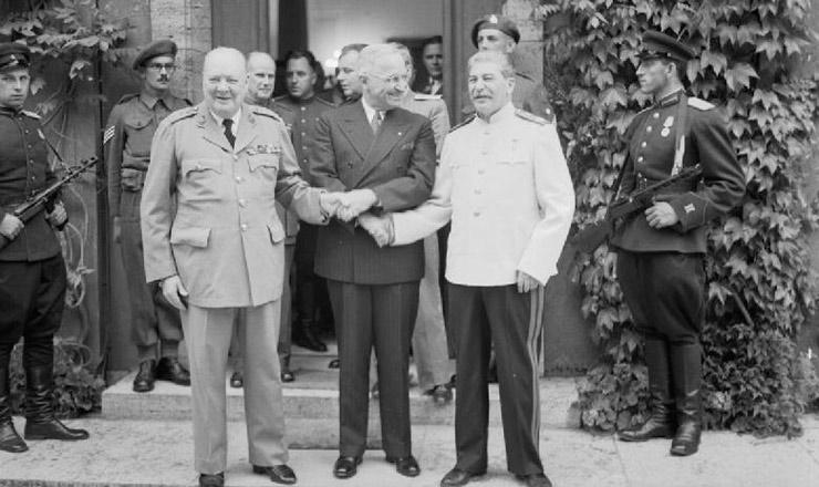 <strong> Churchill, Truman e Stálin apertam-se as mãos </strong> durante aConferência de Potsdam, Alemanha. Truman sucedera a Franklin Roosevelt, morto em abril, na Presidência dos EUA