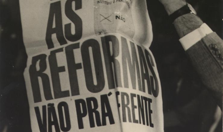 <strong> Cartaz da campanha pelo fim do parlamentarismo: </strong> &ldquo;Libertado um presidente, as reformas v&atilde;o pra frente!&rdquo;