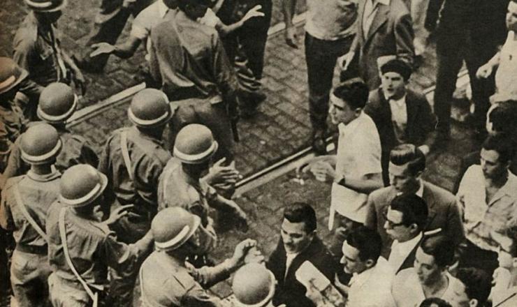 <strong> Policiais e manifestantes se enfrentam </strong> durante a &quot;greve do um ter&ccedil;o&quot;, em foto publicada na revista &ldquo;O Cruzeiro&rdquo;<strong> </strong> de 29 de setembro de 1962