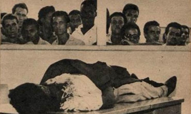 <strong> Trabalhadores da usina observam </strong> o cad&aacute;ver de um companheiro assassinado no massacre de Ipatinga  &nbsp;