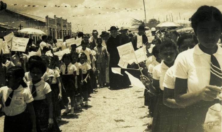 <strong> O arcebispo de Aracaju, dom José Vicente da Távora, participa</strong> de festejo ao lado de crianças
