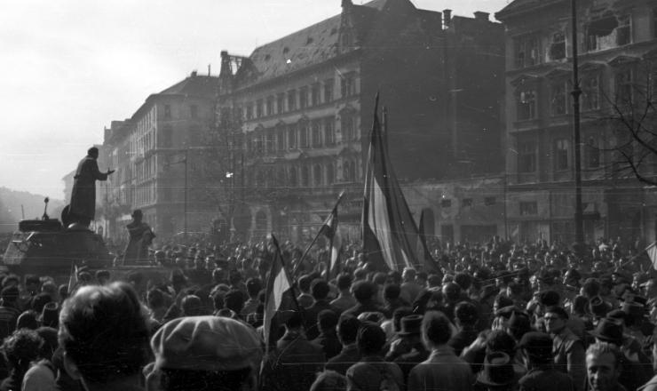 <strong> Manifestação em Budapeste</strong> durante a Revolução Húngara de 1956