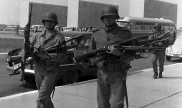 <strong> Em Bras&iacute;lia, soldados do Ex&eacute;rcito confiscam armas </strong> dos rebeldes pouco depois da rendi&ccedil;&atilde;o