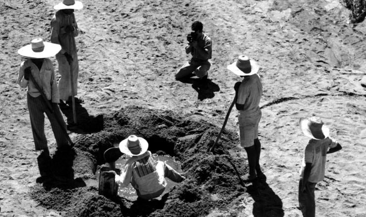 <strong> Flagelados nordestinos buscam água</strong> em cacimba durante a seca de 1958