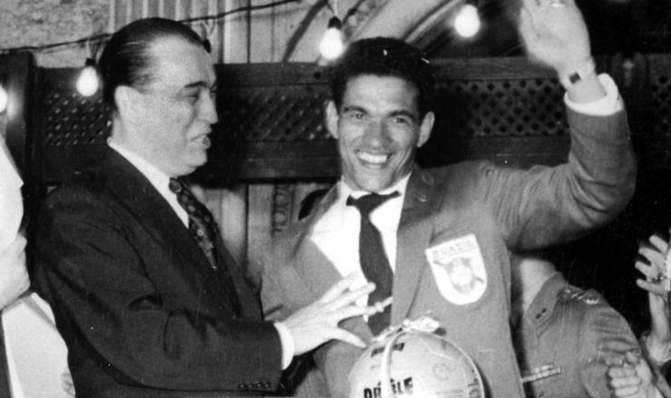 <strong> O presidente Juscelino Kubitschek cumprimenta </strong> Garrincha, na chegada da sele&ccedil;&atilde;o vitoriosa ao Brasil