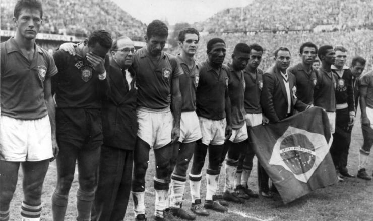 <strong> A Sele&ccedil;&atilde;o Brasileira de 1958</strong> &nbsp;na Su&eacute;cia, instantes ap&oacute;s a partida que definiu o campe&atilde;o mundial