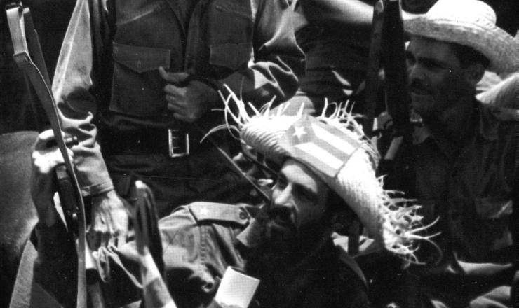 <strong> De chapéu com a bandeira de Cuba, Camilo Cienfuegos comemora </strong> a vitória da revolução