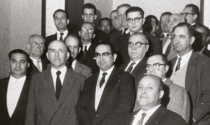<strong> Florestan Fernandes </strong> (ao centro na 1&ordf; fila) reunido com ma&ccedil;ons durante a campanha da escola p&uacute;blica