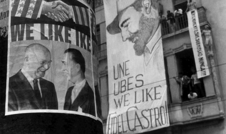 <strong> Com faixa colocada na fachada de sua sede, a UNE </strong> protesta contra a visita de Eisenhower ao Brasil, fevereiro de 1960
