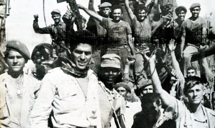 <strong> Combatentes cubanos festejam&nbsp;</strong> a vit&oacute;ria na ba&iacute;a dos Porcos&nbsp;