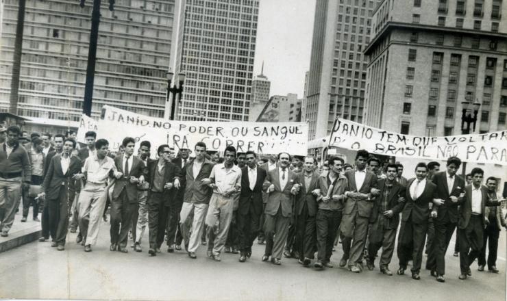 <strong> Um dia ap&oacute;s a ren&uacute;ncia, manifestantes fazem passeata </strong> pela volta de&nbsp;J&acirc;nio Quadros no viaduto do Ch&aacute;, regi&atilde;o central de S&atilde;o Paulo