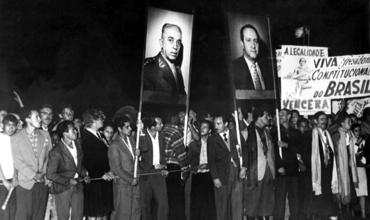 <strong> Manifestantes pr&oacute;-legalidade se aglomeram</strong> em frente ao pal&aacute;cio Piratini, em setembro de 1961
