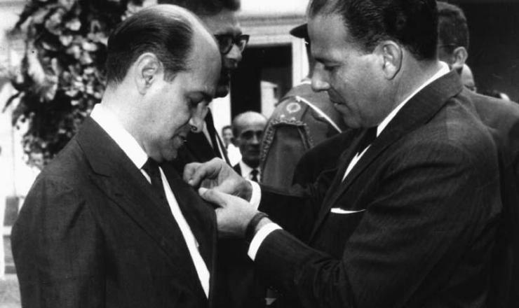 <strong> Jo&atilde;o Goulart condecora </strong> o primeiro-ministro Tancredo Neves com a medalha &quot;Chefe da Na&ccedil;&atilde;o&quot;