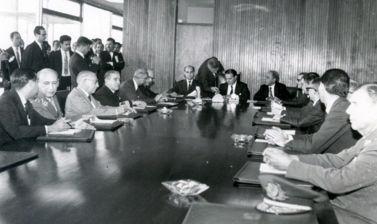 <strong> O presidente Jo&atilde;o Goulart e o premi&ecirc; Tancredo Neves presidem </strong> a primeira reuni&atilde;o do Conselho de Ministros, em 9 de setembro de 1961