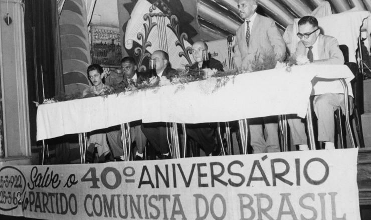 <strong> Jo&atilde;o Amazonas, dirigente do PCdoB</strong> , organiza&ccedil;&atilde;o dissidente rec&eacute;m-fundada, discursa em evento pelo 40&ordm; anivers&aacute;rio da cria&ccedil;&atilde;o do PCB