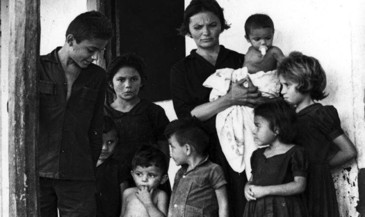 <strong> Elizabeth Teixeira, </strong> vi&uacute;va de Jo&atilde;o Pedro Teixeira, com seus filhos