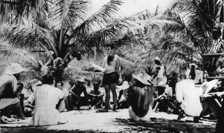<strong> Sem camisa, Glauber Rocha dirige </strong> &quot;Barravento&quot;, sob o sol da Bahia