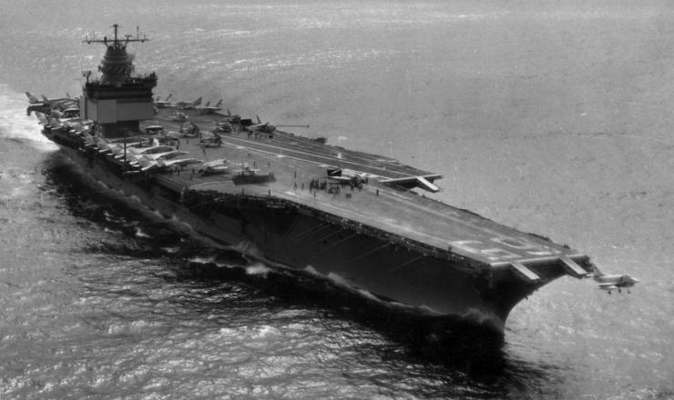 """<strong> O porta-aviões """"USS Enterprise"""" </strong> no mar do Caribe durante a Crise dos Mísseis"""