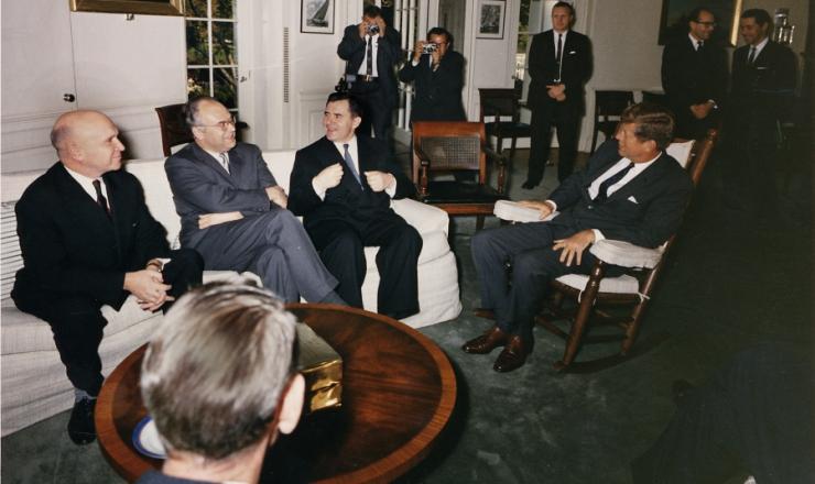 <strong> O presidente Kennedy </strong> <strong> reúne-se</strong> na Casa Branca com o embaixador soviético e assessores militares