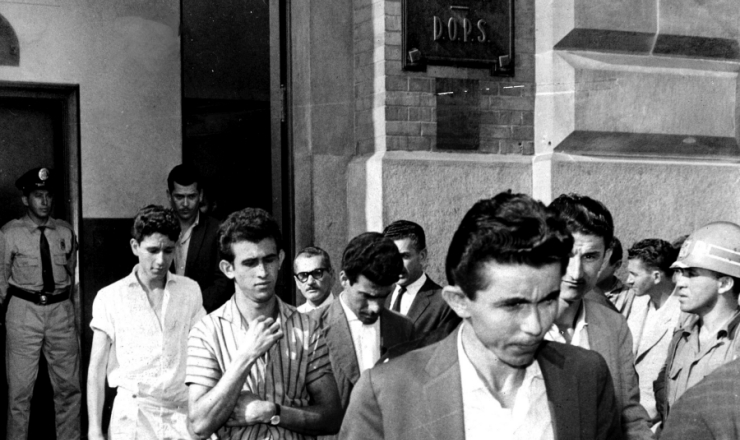 <strong> Trabalhadores presos </strong> durante a greve dos 700 mil s&atilde;o libertados e deixam a sede do Departamento de Ordem Pol&iacute;tica e Social (Dops)