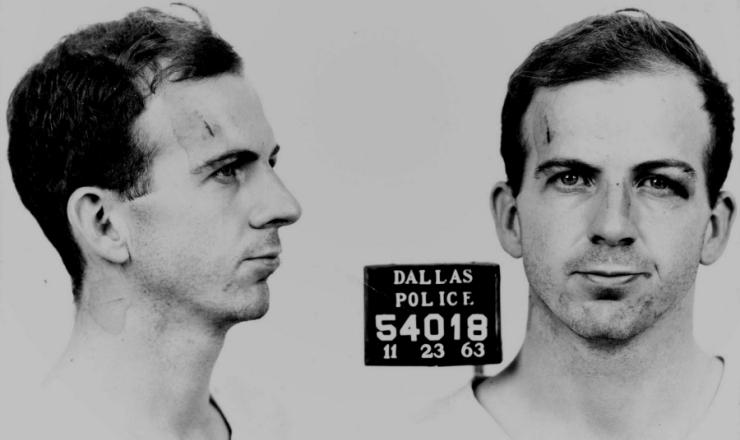 <strong> Lee Harvey Oswald,</strong> fotografado pela pol&iacute;cia no dia de sua pris&atilde;o