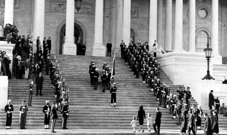 <strong> O caix&atilde;o com o corpo de Kennedy chega</strong> ao Capit&oacute;lio (pr&eacute;dio do Congresso); ao p&eacute; da escada, Jacqueline Kennedy e seus filhos