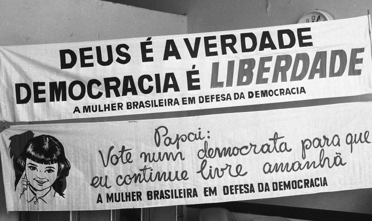 <strong> Militantes seguram faixas</strong> da Campanha da Mulher pela Democracia para as eleições de 1962