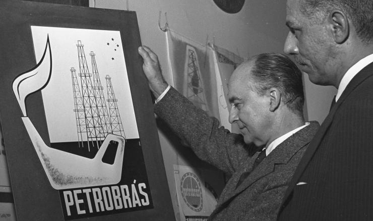 <strong> Concurso para a escolha </strong> do emblema da Petrobr&aacute;s. A logomarca original passaria por evolu&ccedil;&otilde;es ao longo dos anos, e o nome da empresa acabaria perdendo o acento agudo para virar <strong> Petrobras</strong>