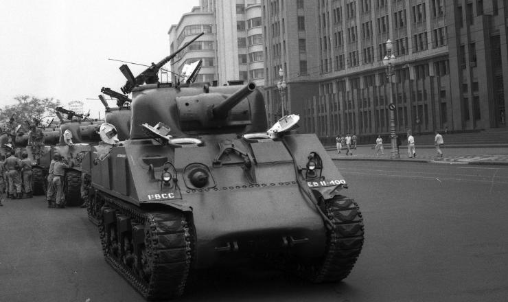 <strong> Tanques do Ex&eacute;rcito protegem</strong> o pr&eacute;dio do Minist&eacute;rio da Guerra na regi&atilde;o central do Rio de Janeiro