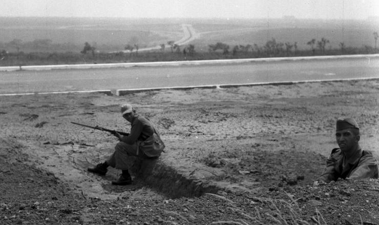 <strong> Soldados da FAB amotinados e entrincheirados </strong> guardam a entrada do aeroporto de Bras&iacute;lia