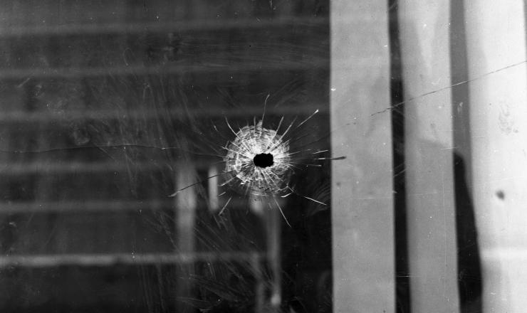 <strong> Marca de tiro</strong> numa das janelas do Minist&eacute;rio da Guerra, em Bras&iacute;lia, ap&oacute;s a Revolta dos Sargentos