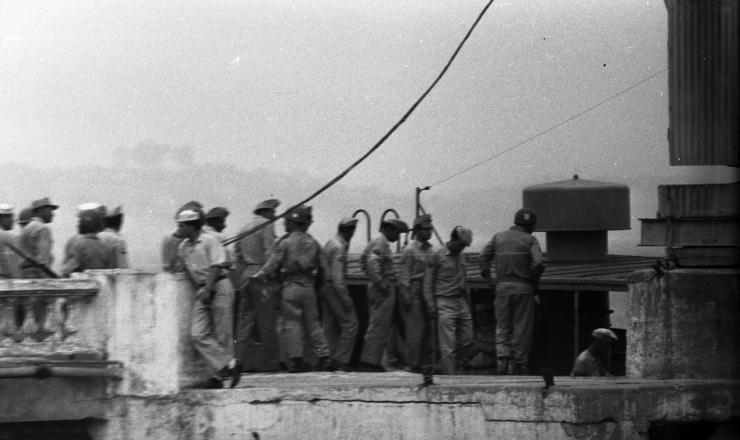 <strong> Soldados rebeldes </strong> sendo levados ao navio-pres&iacute;dio &quot;Raul Soares&quot;, ancorado na ba&iacute;a de Guanabara