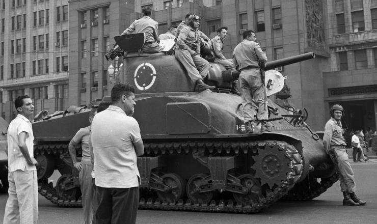 <strong> No Rio de Janeiro, tanques protegem </strong> o Minist&eacute;rio da Guerra, na regi&atilde;o central da cidade