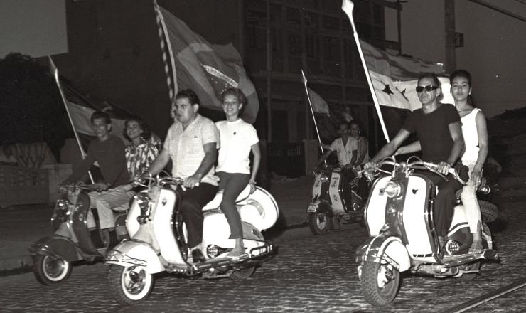 <strong> Desfile de lambretas</strong> comemora a criação do estado da Guanabara, em 21/4/1960