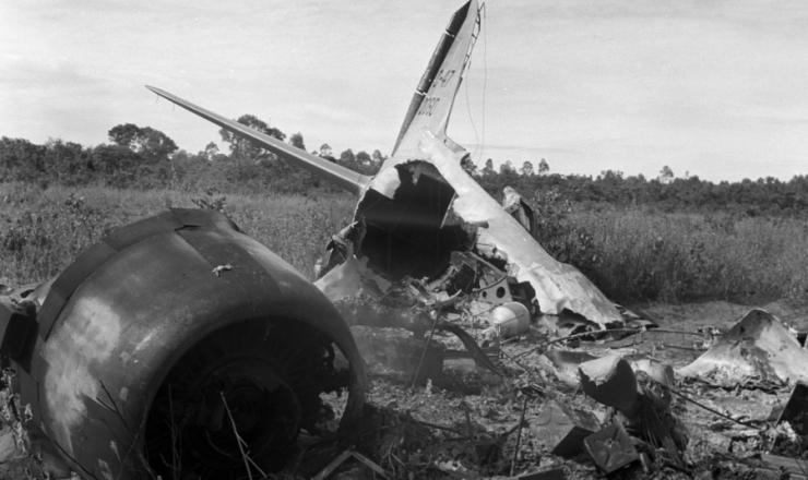 <strong> Sequestrado pelos oficiais rebelados, </strong> o avião C-47 da FAB foi incendiado próximo ao campo de pouso, em Aragarças