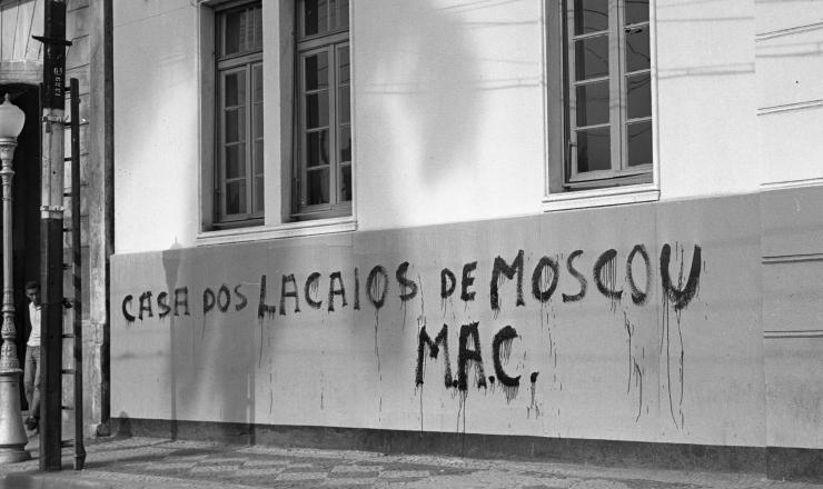 <strong> Atentado terrorista: </strong> fachada da UNE amanhece pichada pelo MAC, em janeiro de 1962