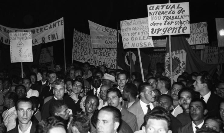 <strong> População se junta à porta do palácio do Catete para manifestar apoio</strong> ao rompimento com o FMI determinado por JK