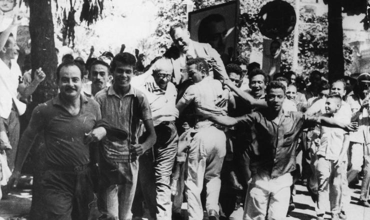 <strong> Correligion&aacute;rios de Miguel Arraes carregam-no </strong> em passeata pela rua da Imperatriz rumo ao Pal&aacute;cio da Justi&ccedil;a, no Recife, onde se apuram as elei&ccedil;&otilde;es de 1962
