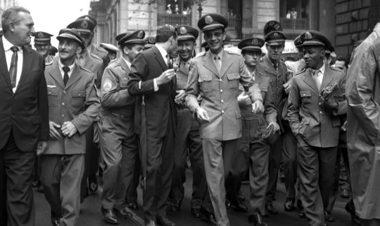 <strong> O sargento Garcia Filho dirige-se ao TRE,</strong> onde ser&aacute; diplomado como deputado federal pela alian&ccedil;a PTB-PSD, em dezembro de 1962