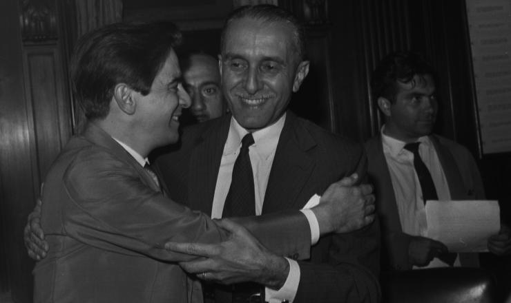 <strong> O ex-ministro da Fazenda</strong> Carvalho Pinto &eacute; cumprimentado por Darcy Ribeiro ap&oacute;s deixar o governo
