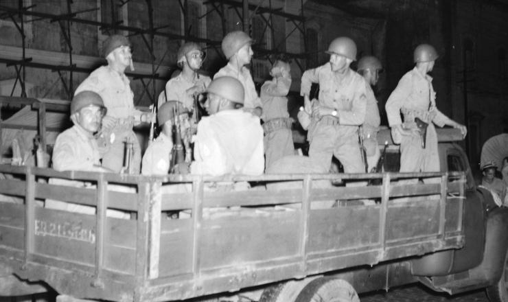 <strong> Tropas do ex&eacute;rcito&nbsp;</strong> se dirigem de caminh&atilde;o para o baixo Amazonas para deter o avan&ccedil;o dos revoltosos, 23 de fevereiro de 1956