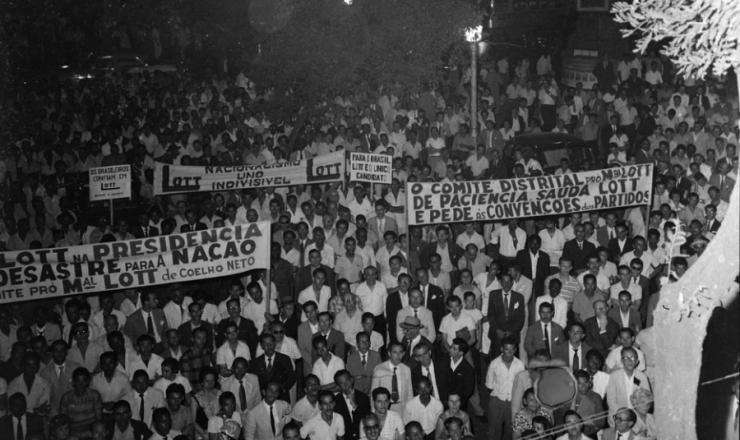 <strong> Comício pró-Lott</strong> no largo da Carioca (Rio de Janeiro), em 1959
