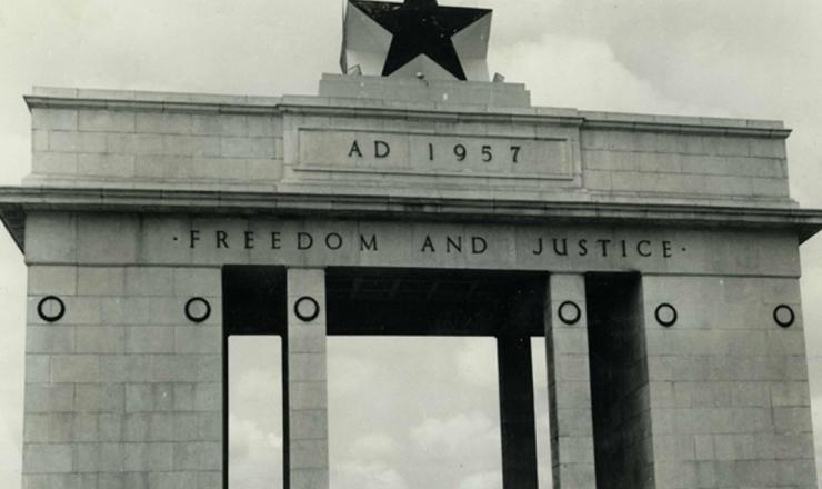 <strong> 'Liberdade e Justiça': </strong> em Acra, capital deGana, pórtico homenageia a independência do país