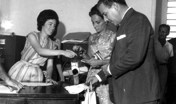 <strong> O presidente Jo&atilde;o Goulart e sua mulher,&nbsp;Maria Teresa, comparecem </strong> &agrave; zona&nbsp;eleitoral para votar&nbsp;no plebiscito sobre o parlamentarismo