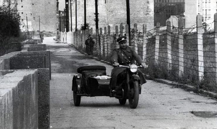 <strong> Policial da Alemanha Oriental</strong> <strong> patrulha</strong> o Muro de Berlim