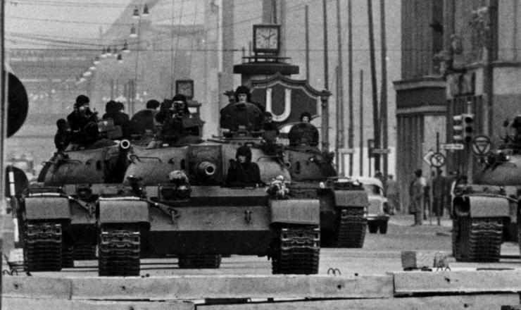 <strong> Tanques sovi&eacute;ticos pr&oacute;ximos do &quot;checkpoint Charlie&quot;, </strong> posto militar de controle de passagem entre os lados oriental e ocidental de Berlim